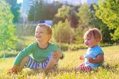 Enfants jouant en parc d'été Images stock