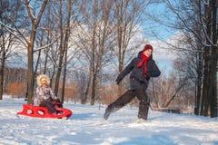 Enfants jouant en parc d'hiver Images libres de droits