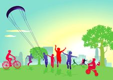 Enfants jouant en parc de ville Photographie stock libre de droits
