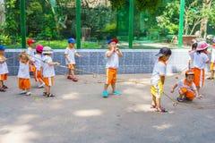 Enfants jouant en parc de zoo Photographie stock libre de droits