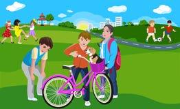 Enfants jouant en parc vert sur la ville image libre de droits