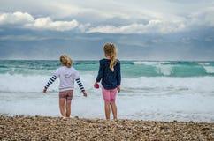 Enfants jouant en plage venteuse Photo libre de droits