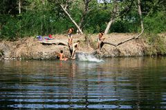 Enfants jouant en rivière Photos stock