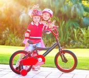 Enfants jouant en stationnement Photo stock