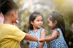 Enfants jouant ensemble en parc Photographie stock libre de droits