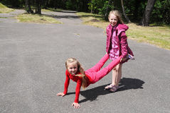 Enfants jouant ensemble en parc Photo libre de droits