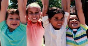 Enfants jouant ensemble en parc banque de vidéos