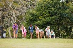 Enfants jouant ensemble pendant un jour ensoleillé Photo stock