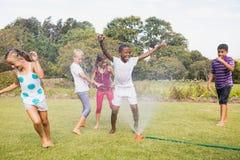 Enfants jouant ensemble pendant un jour ensoleillé Image stock