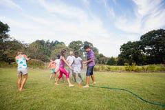 Enfants jouant ensemble pendant un jour ensoleillé Photos libres de droits