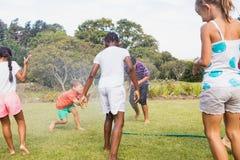 Enfants jouant ensemble pendant un jour ensoleillé Photos stock