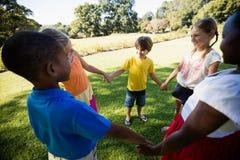 Enfants jouant ensemble pendant un jour ensoleillé Images stock