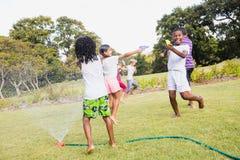 Enfants jouant ensemble pendant un jour ensoleillé Photographie stock libre de droits