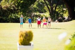 Enfants jouant ensemble pendant un jour ensoleillé Images libres de droits