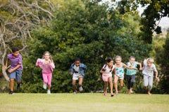 Enfants jouant ensemble pendant un jour ensoleillé Image libre de droits