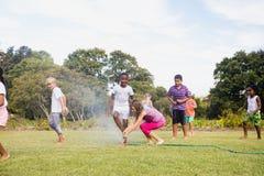 Enfants jouant ensemble pendant un jour ensoleillé Photographie stock