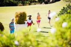 Enfants jouant ensemble pendant un jour ensoleillé Photo libre de droits