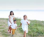 Enfants jouant et courant en parc Photo stock