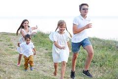Enfants jouant et courant en parc Photographie stock libre de droits
