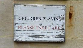 Enfants jouant - faites svp attention Photo stock