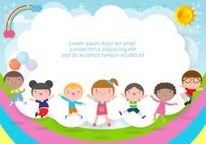 Enfants jouant, enfants heureux de bande dessinée sautant le calibre de fond d'été pour la brochure de publicité, votre texte, en illustration libre de droits