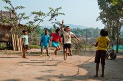 Enfants jouant Kra Dod Cheark (le jumpin de corde Photographie stock