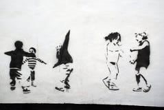 Enfants jouant l'art de pochoir Image stock