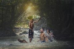 Enfants jouant l'eau Image libre de droits