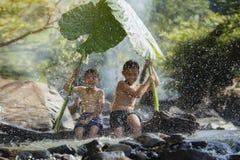 Enfants jouant l'eau Images libres de droits
