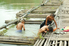 Enfants jouant l'eau en rivière Photos stock