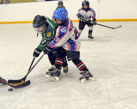 Enfants jouant l'hockey Photo libre de droits