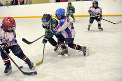 Enfants jouant l'hockey Photographie stock