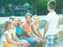 Enfants jouant la boule ensemble Photographie stock libre de droits