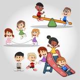 Enfants jouant la corde à sauter, la bascule et la bande dessinée de glissières Images stock