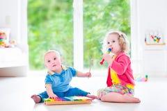 Enfants jouant la musique avec le xylophone Photos libres de droits