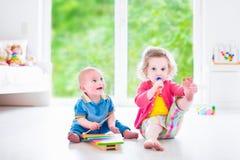 Enfants jouant la musique avec le xylophone Photos stock