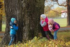 Enfants jouant le cache-cache image libre de droits