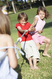 Enfants jouant le conflit Images stock