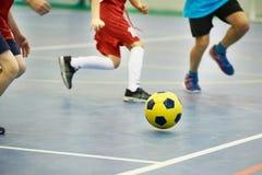 Enfants jouant le football à l'intérieur Image libre de droits