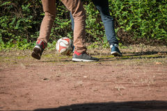2 enfants jouant le football Photos libres de droits