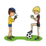 Enfants jouant le football avec des comprimés Photos libres de droits