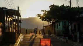 Enfants jouant le football dans une rue au Honduras Images libres de droits