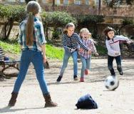 Enfants jouant le football de rue Photos libres de droits