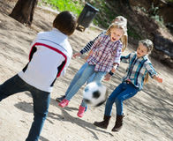 Enfants jouant le football de rue Image stock