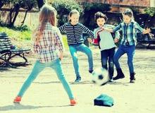 Enfants jouant le football de rue Photo libre de droits