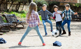 Enfants jouant le football de rue Photo stock