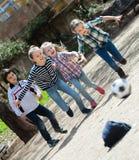 Enfants jouant le football de rue dehors Image stock