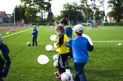 Enfants jouant le football ensemble Photo libre de droits