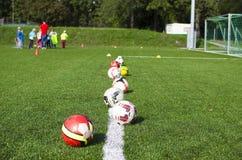 Enfants jouant le football ensemble Photo libre de droits