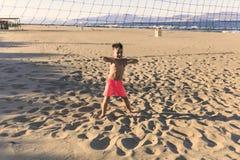 Enfants jouant le football sur la plage Photographie stock